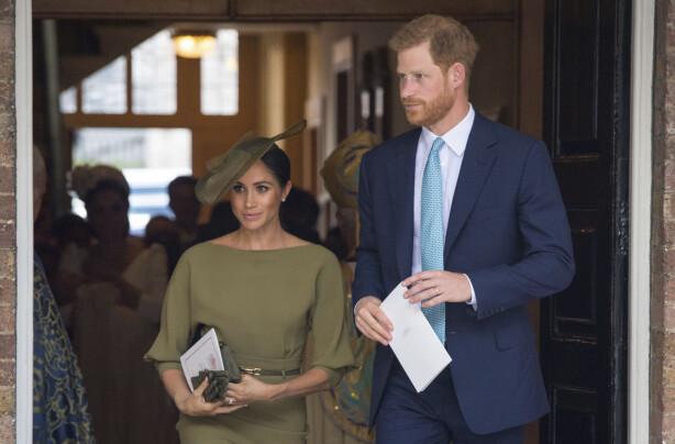 NYGIFT: Hertuginne Meghan og prins Harry har vært gift i to måneder nå. Her er de på vei ut fra dåpen til prins Louis 9. juli. Foto: Scanpix