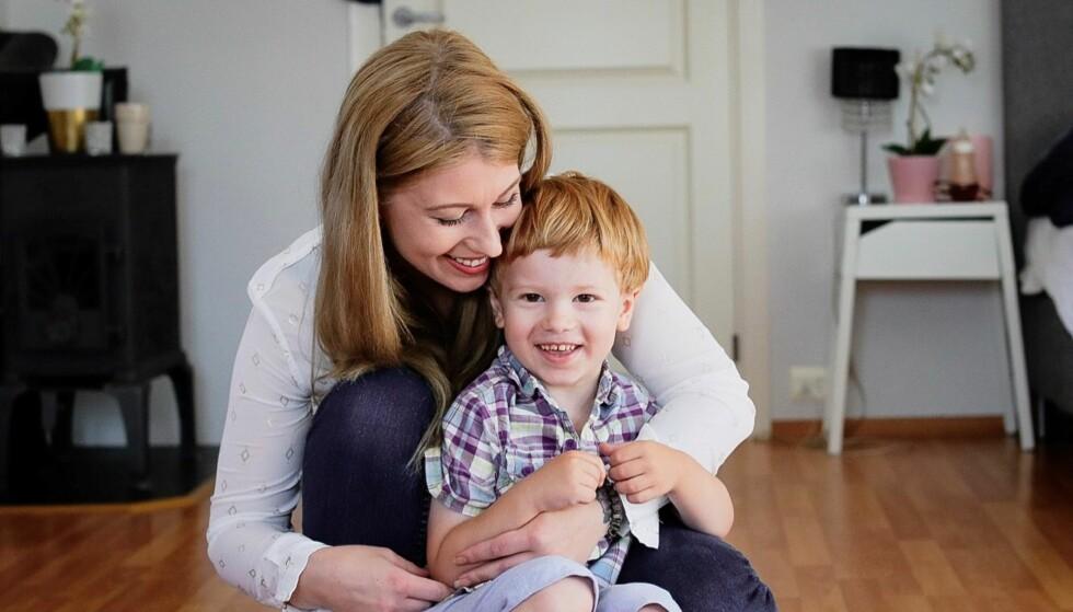 HÅPER PÅ EN KUR: Det forskes mye på cystinose, og Maria håper at det kan komme en kur som kan forbedre livet til Denis. FOTO: Ida Bergersen