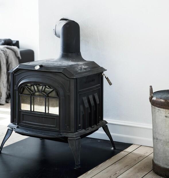 Den antikke ovnen har paret kjøpt på Den Blå Avis. FOTO: Tia Borgsmidt