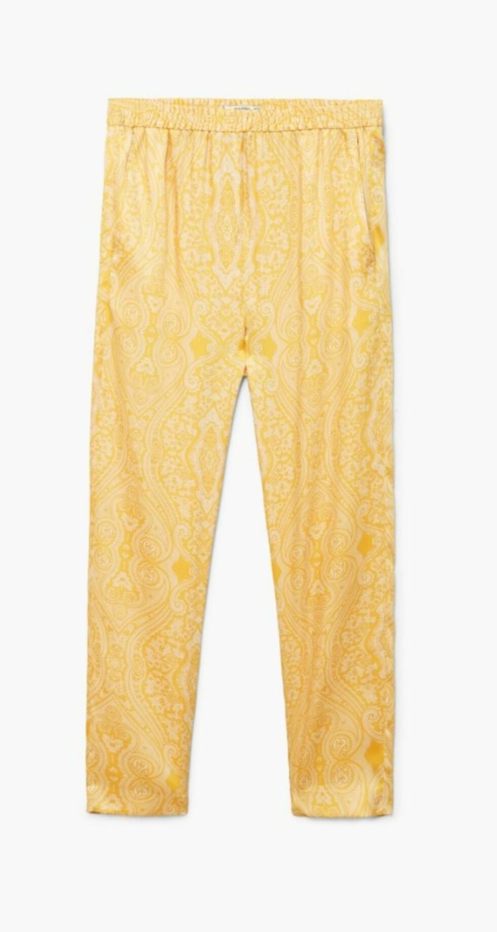 Gul bukse fra Mango  349,-  https://shop.mango.com/no/damer/bukser-straight/bukser-med-paisley-trykk_31050897.html?c=12