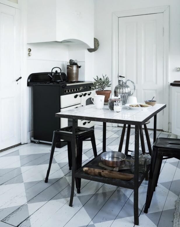 Kjøkkenbordet er funnet på et loppemarked. Carina har selv satt hvite fliser på bordplaten. FOTO: Tia Borgsmidt