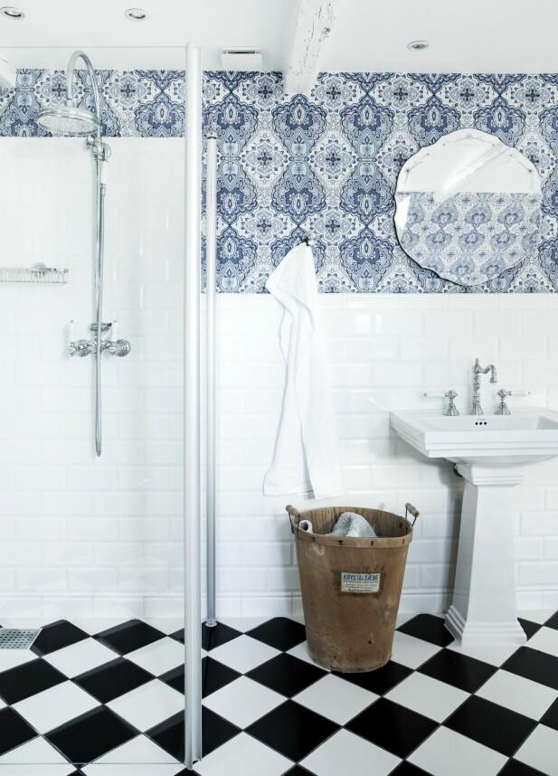Harlekinmønsteret går igjen flere steder i huset. Innredningen på badet er også holdt i en klassisk, gammel stil. FOTO: Tia Borgsmidt