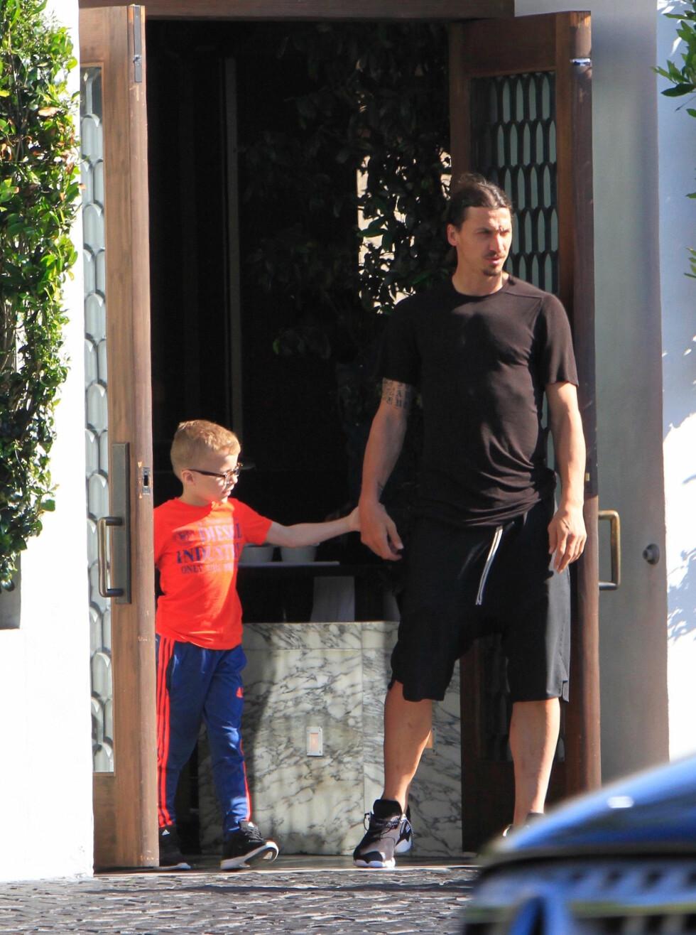 Zlatan Ibrahimovic forlater Cecconi's etter lunsj med familien.
