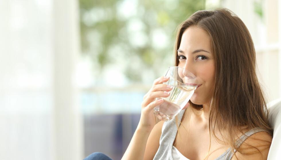 VANN: Om sommeren er det ekstra viktig å drikke nok vann, slik at du ikke blir dehydrert. FOTO: NTB Scanpix