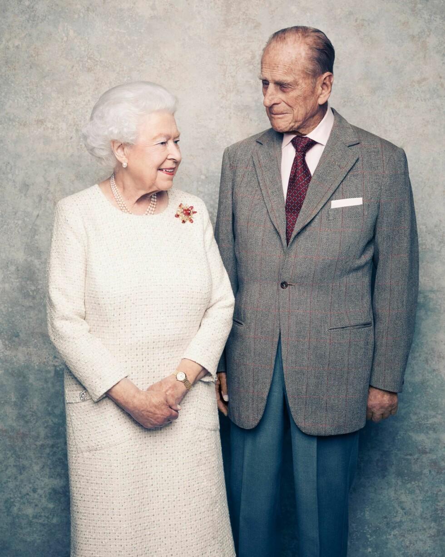 GIFT I 70 ÅR: Hertuginne Kate og prins William likte bildene av dronning Elizabeth og prins Philip så godt at de ba fotograf Matt Holyoak om å ta de offisielle dåpsbildene av yngstesønnen prins Louis et halvt år senere. FOT: NTB Scanpix