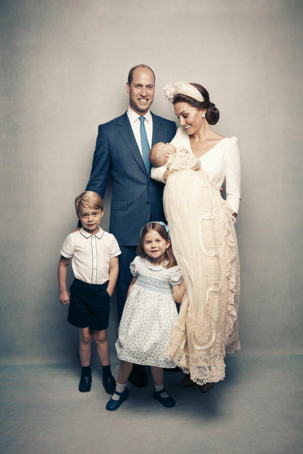 HERTUGFAMILIE: Prins William med kona hertuginne Kate og barna prins George, prinsesse Charlotte og dåpsbarnet prins Louis. FOTO: Matt Holyoak // NTB Scanpix