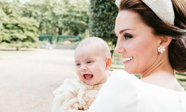VAKKERT ØYEBLIKK: Fotograf Matt Holyoak fikk et skikkelig fint blinkskudd av dåpsbarnet prins Louis og hans mor hertuginne Kate! FOTO: Matt Holyoak // Kensington Palace