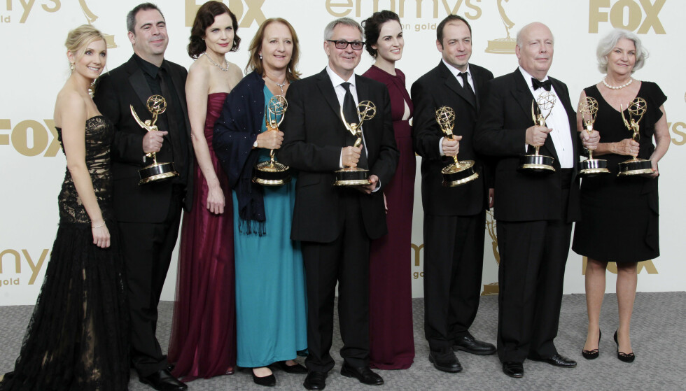 Deler av gjengen bak Downton Abbey i 2011, etter å ha vunnet Emmy for blant annet «Beste miniserie eller TV-film». Foto: NTB Scanpix