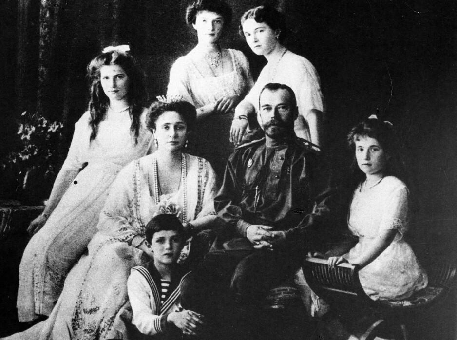 TSAR-FAMILIEN: Natt til 17. juli 1918 ble tsar Nikolaj II av Russland, hans kone tsarina Aleksandra og deres fem barn prinsesse Maria (bak t.v.), prinsesse Tatjana (bak midten), prinsesse Olga (bak t.h.), kronprins Aleksej og prinsesse Anastasia (foran t.h.) henrettet. FOTO: NTB Scanpix