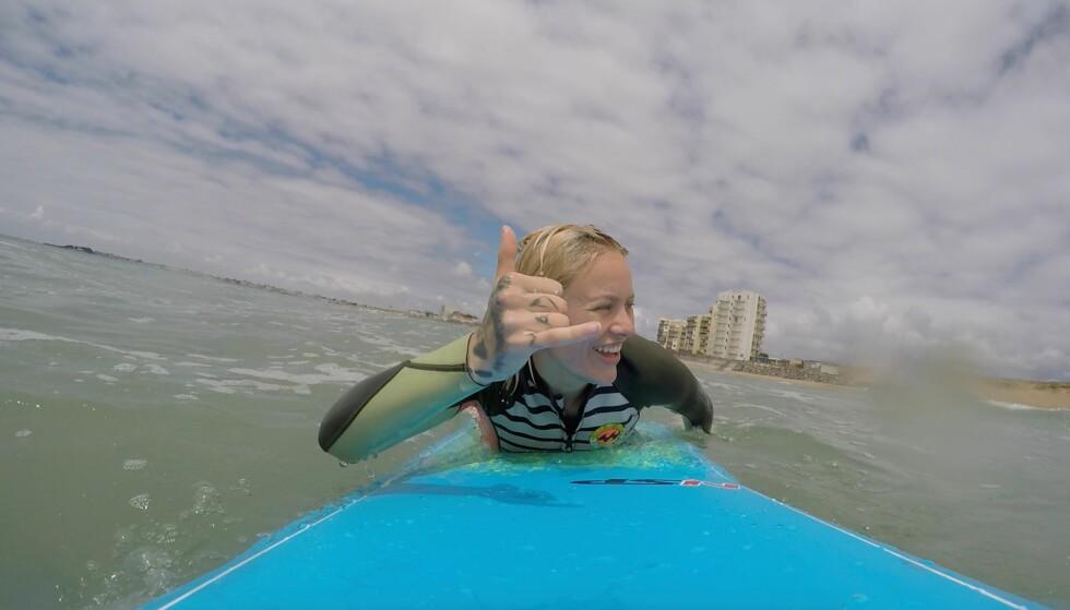 SURFING: Nesten alt de eide ble solgt, men surfebrettet måtte med på turen. FOTO: Privat