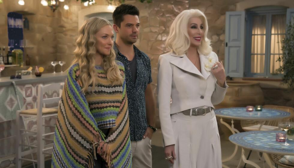 SNIKTITT: Ekskjærestene Amanda Seyfried og Dominic Cooper spiller mot hverandre i oppfølgeren Mamma Mia! Here We Go Again. Her med Cher, som spiller Ruby Sheridan - Sophies bestemor. FOTO: NTB Scanpix