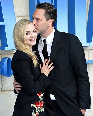 FORELSKET: Amanda Seyfried og ektemannen Thomas Sadoski møttes da de begge spilte i filmen The Last Word i 2016. I mars 2017 ble de både foreldre til en liten jente, og gift. Her fra Mamma Mia 2-premieren i London 16. juli. FOTO: NTB Scanpix