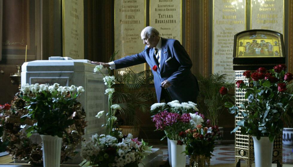 STEDT TIL HVILE: Dmitry Romanov er en fjern slektning av den avdøde tsarfamilien. Her er han fotografert under en minnesmarkering i Peter-Paulus-festningen i St. Petersburg i 2008 - 90 år etter attentatet. FOTO: NTB Scanpix