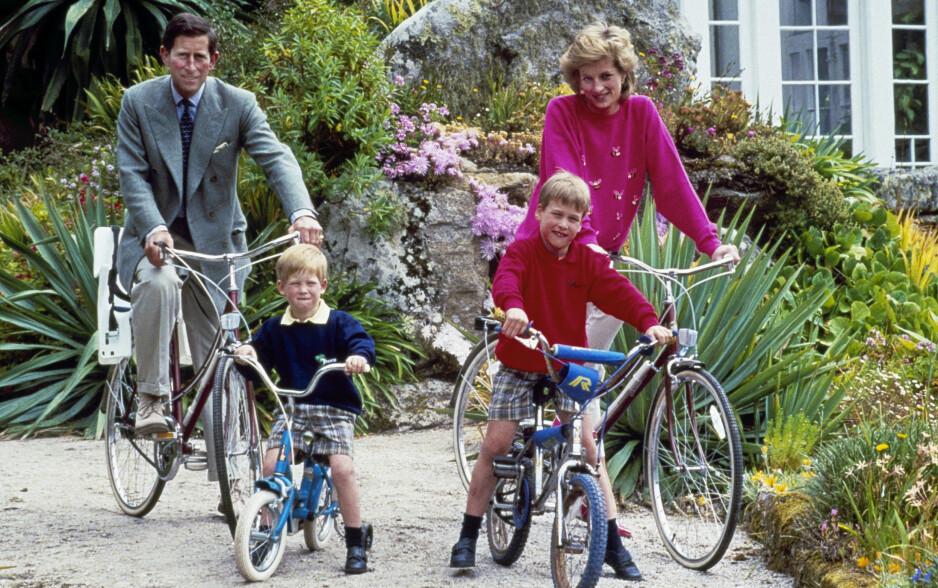 PRINS WILLIAM OG PRINS HARRY: Familien på fire fotografert på sykkeltur på den britiske øya Scilly Isles i 1989. FOTO: NTB Scanpix