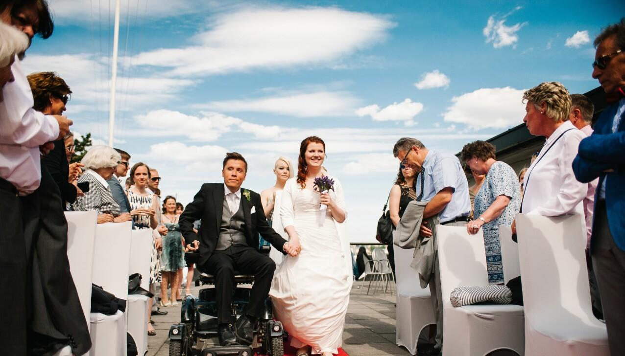 GODT GIFT: Forfatterparet Jan Grue og Ida Jackson giftet seg i en romantisk seremoni på Huk i Oslo. FOTO: Anne Valeur