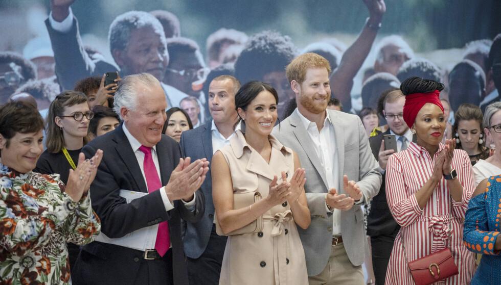 HYLLET NELSON MANDELA: 17. juli besøkte hertuginne Meghan og prins Harry utstillingen Nelson Mandela Centenary Exhibition i London i forbindelse med markeringen av den nå avdøde sør-afrikanske politikerens 100-årsdag. Det falt ikke i god jord hos halvsøsteren Samantha Grant. FOTO: NTB Scanpix