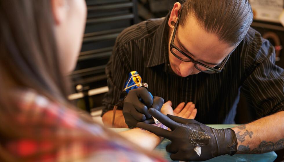 TA TATOVERING I UTLANDET: Du kan tatovere deg i utlandet, men gjør grundig research først. FOTO: NTB Scanpix