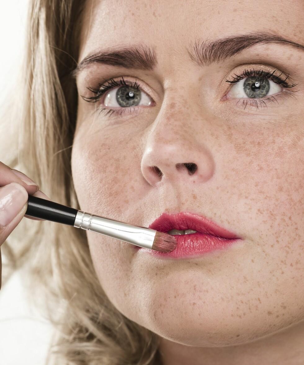 3. Start med å legge lipliner. Vi valgte en rosa variant og toppet den med en ferskenfarget leppestift for å få en frisk look.