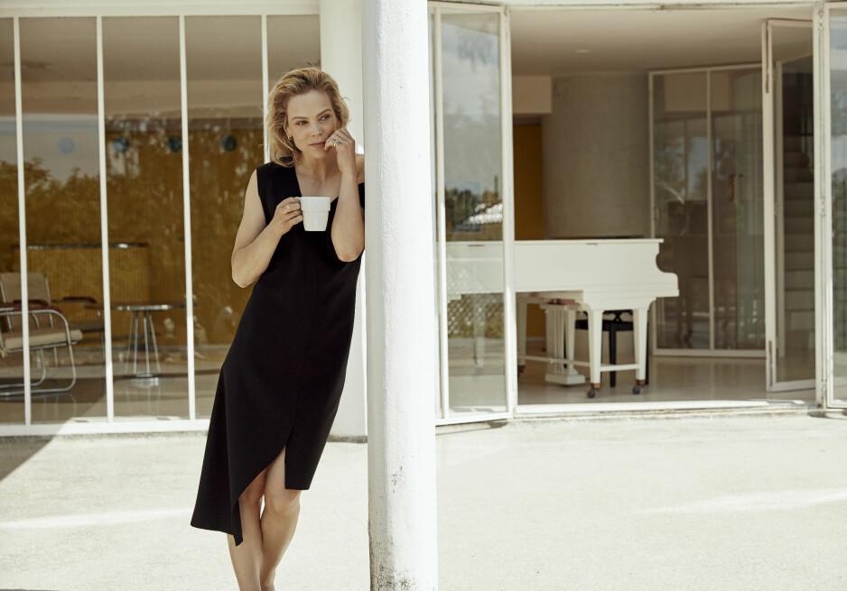 ANE DAHL TORP: Vi tror på Ane Dahl Torp som både bredbeint fotballtrener, livredd mor og erfaren modell. Foto: Renate Torseth. Styling: Afaf Ali. Hår og makeup: Sissel Fylling. Location: Villa Stenersen/Nasjonalmuseet