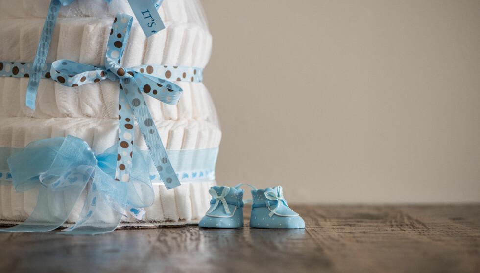 BLEIEKAKE: Bleiekaken kan lages på flere måter, men det mest vanlige er å rulle sammen bleier og knyte fine bånd i ulike farger rundt. FOTO: NTB Scanpix