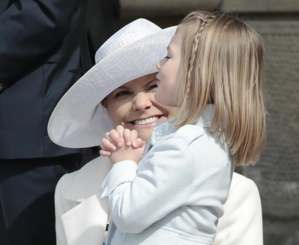 MORSKJÆRLIGHET: Vi lurer skikkelig på hva prinsesse Estelle ber om her! Bildet er tatt på det kongelige slott i Stockholm i forbindelse med kong Carl Gustafs 70-årsdag 30. april 2016. FOTO: NTB Scanpix