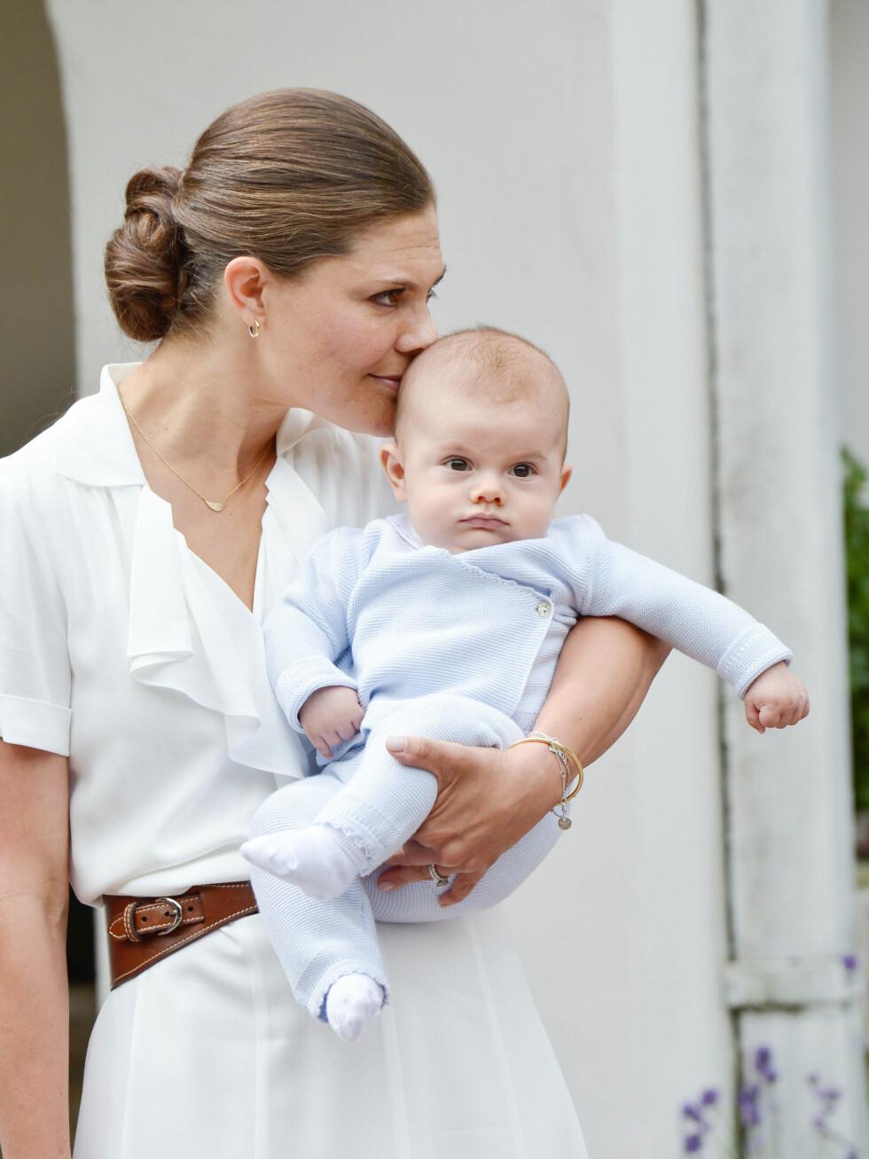 MORSKJÆRLIGHET: Kronprinsesse Victoria med sønnen prins Oscar på Solliden slott i forbindelse med 39-årsdagen hennes i juli 2016. FOTO: NTB Scanpix