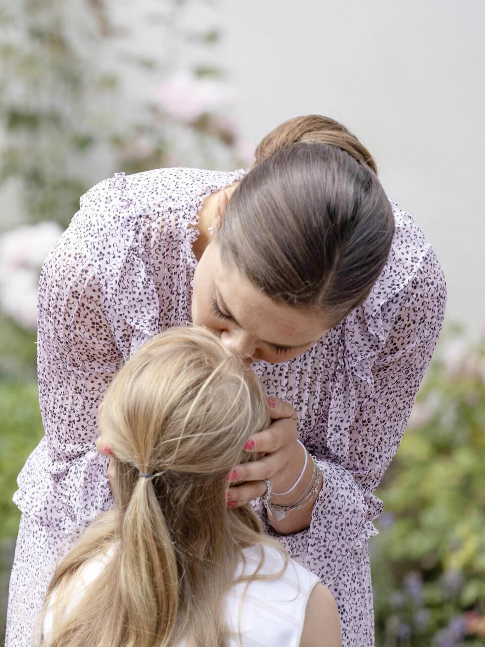 MORSKJÆRLIGHET: Kronprinsesse Victoria ga datteren et skikkelig smellkyss under festlighetene på Solliden i forbindelse med 41-årsdagen hennes i år. FOTO: NTB Scanpix