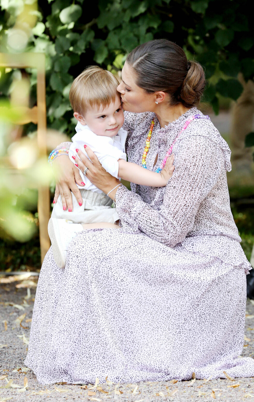 MORSKJÆRLIGHET: Kronprinsesse Victoria med sønnen prins Oscar på Solliden den 14. juli 2018. FOTO: NTB Scanpix