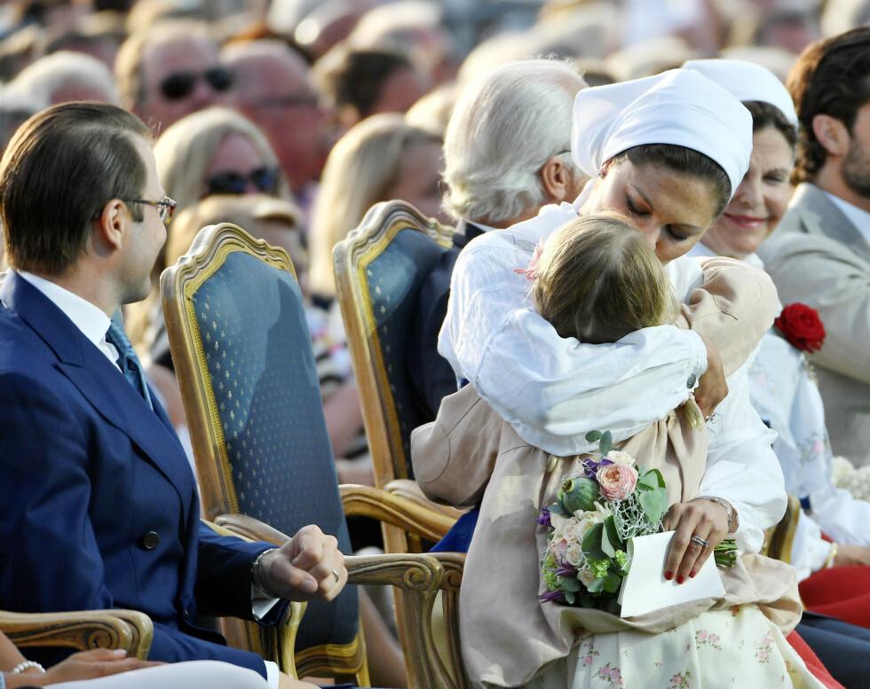 MORSKJÆRLIGHET: Kronprinsesse Victoria er ikke redd for å vise omsorg og kjærlighet overfor barna sine i det offentlige rom. Dette bildet ble tatt på Borgholm i forbindelse med kronprinsessens 40-årsdag i 2017. FOTO: NTB Scanpix