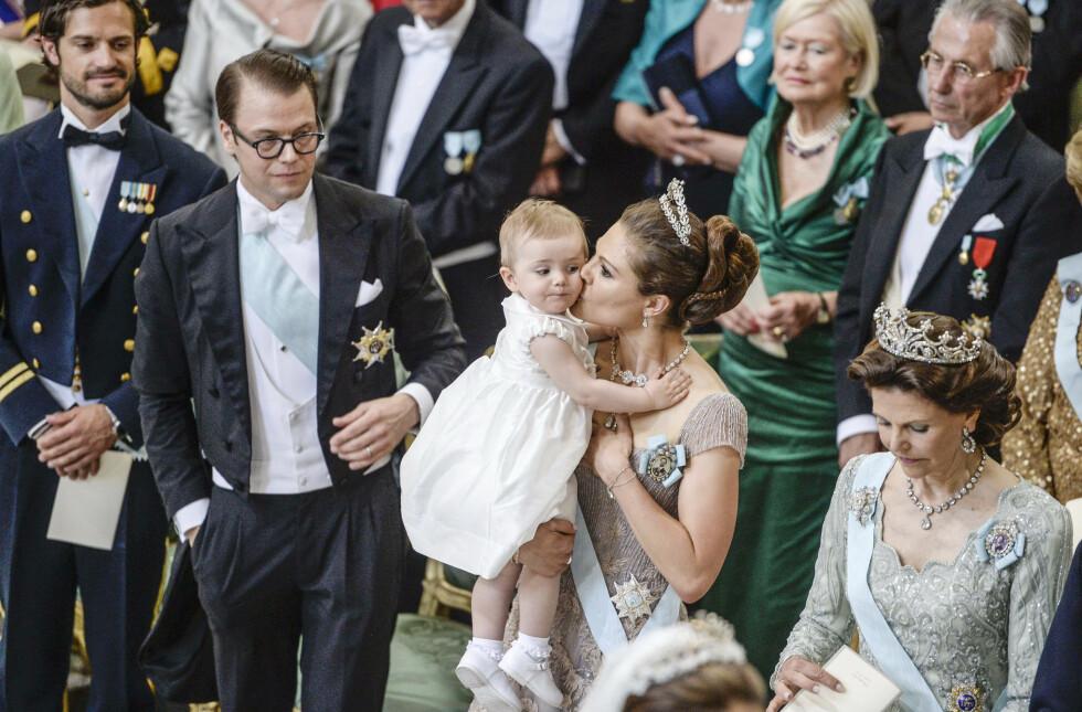 MORSKJÆRLIGHET: Kronprinsesse Victoria gir datteren prinsesse Estelle et kyss på kinnet under bryllupet til prinsesse Madeleine og Christopher O'Neill i Stockholm 8. juni 2013. FOTO: NTB Scanpix
