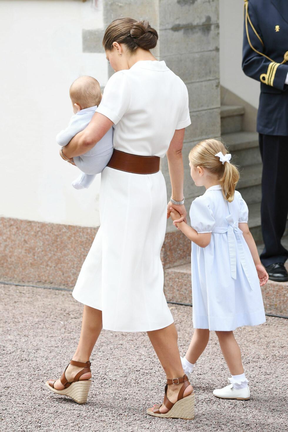 MORSKJÆRLIGHET: Kronprinsesse Victoria med sønnen prins Oscar og datteren prinsesse Estelle på Solliden slott i forbindelse med 39-årsdagen hennes i juli 2016. FOTO: NTB Scanpix