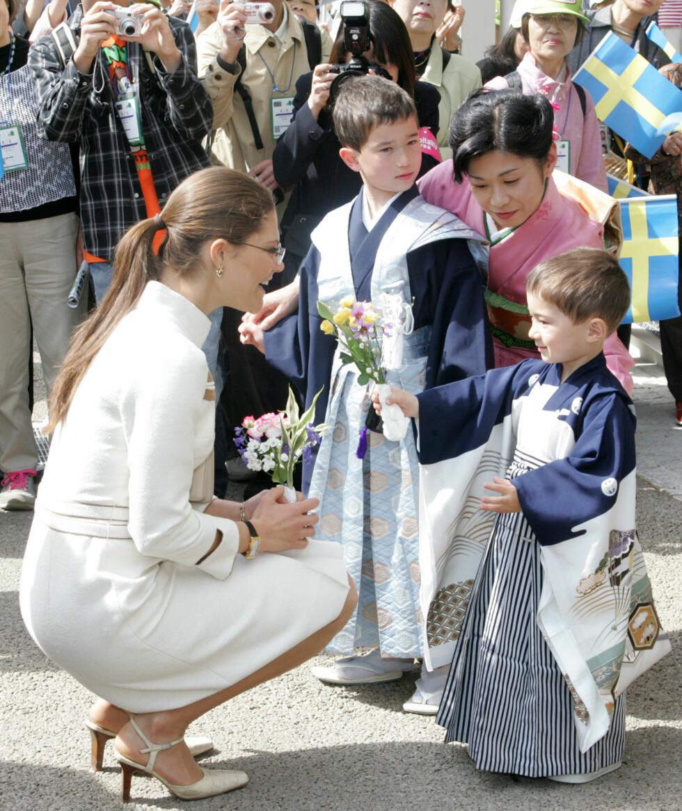 BARNETEKKE: Det er ingen tvil om at kronprinsessen har en spesiell omsorg for barna hun møter på sin vei. Her i Japan i 2005. FOTO: NTB Scanpix