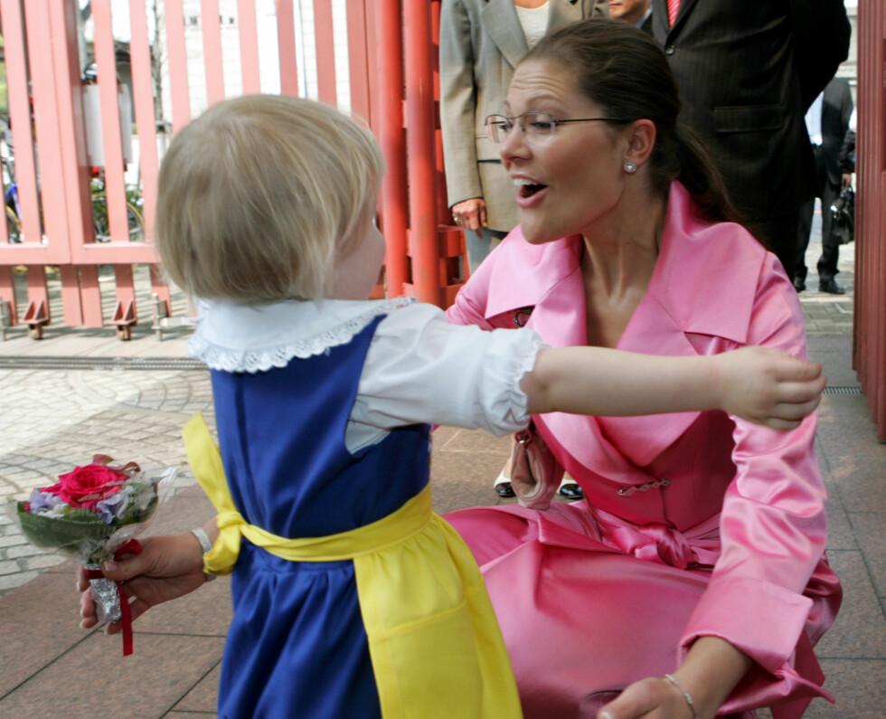 BARNETEKKE: Da kronprinsesse Victoria var på besøk i Japan i 2005 møtte hun denne søte jenta, og ga henne en stor klem! FOTO: NTB Scanpix