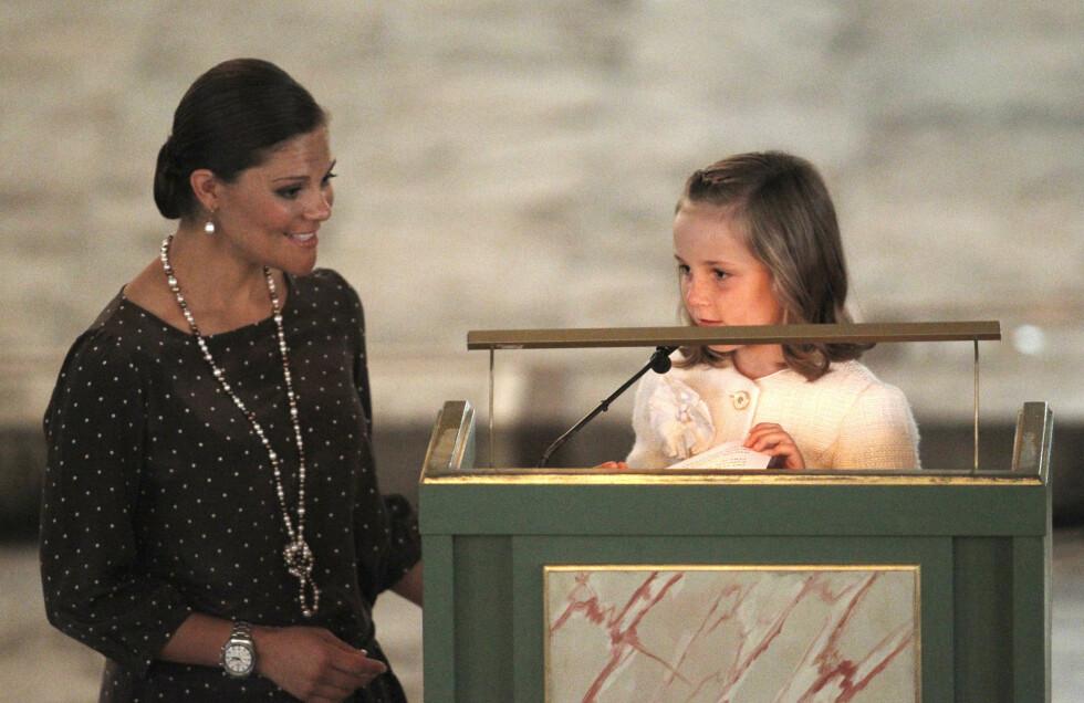 BARNETEKKE: Kronprinsesse Victoria hjalp guddatteren prinsesse Ingrid Alexandra da hun skulle holde tale i Oslo domkirke i forbindelse med markeringen av det norske kronprinsparets 10 års bryllupsdag i 2011. FOTO: NTB Scanpix