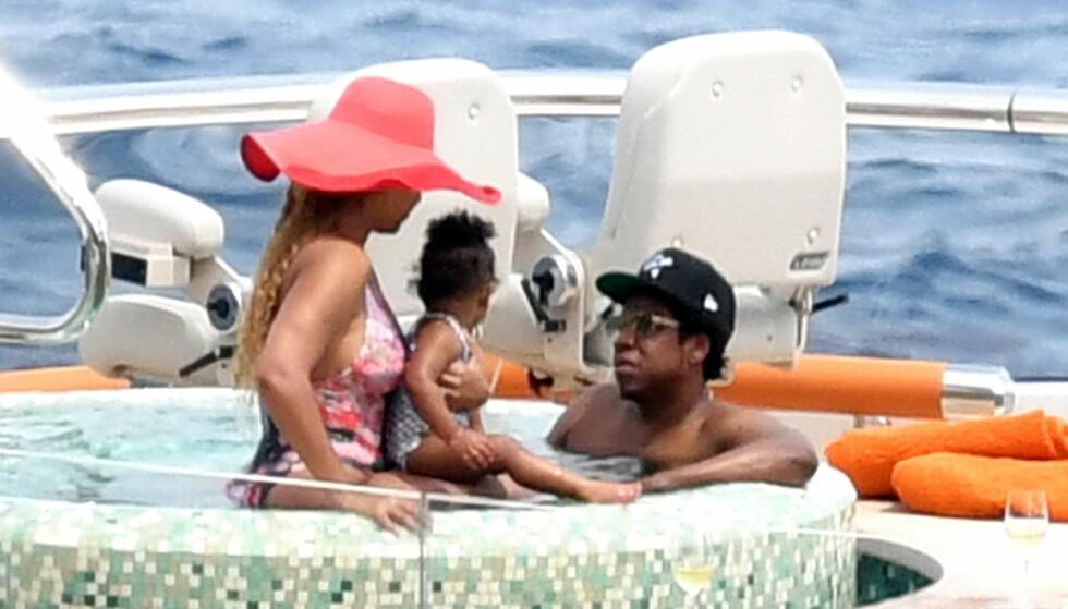 KVALITETSTID: Beyoncé med datteren Rumi (1) i armkroken og ektemannen Jay-Z i en jacuzzi på en luksusyacht på Capri i Italia 23. juli 2018. FOTO: NTB Scanpix