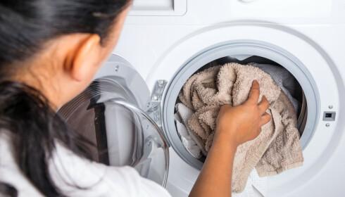 KLESVASK: Det er ikke bare vann- og strømforbruk som er miljøbelastende når det kommer til klesvask. FOTO: NTB Scanpix