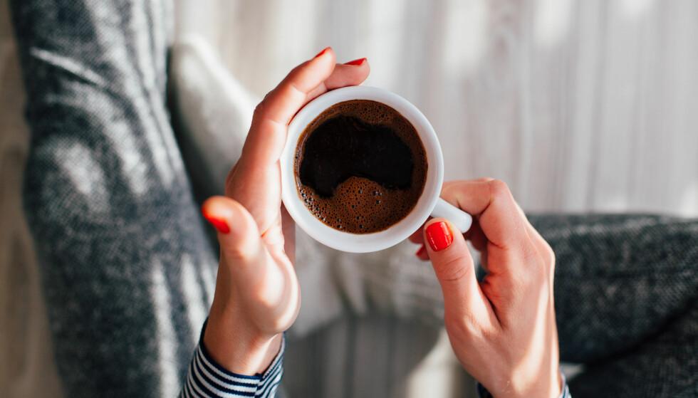 UNNGÅ KAFFE: – Unngå å drikke kaffe en time før og en time etter at du tar et tilskudd. Visse mineraler «kjemper» også om opptaket om du tar dem som tilskudd, sier eksperten. FOTO: NTB Scanpix