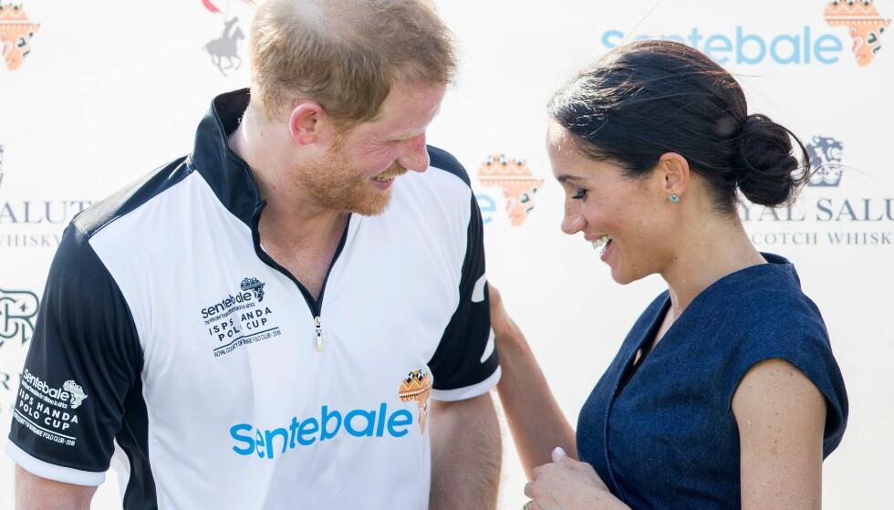 FORELSKET: Prins Harry og hertuginne Meghan legger ikke skjul på at de er svært forelsket. Her fra polomatchen i juli. FOTO: NTB Scanpix