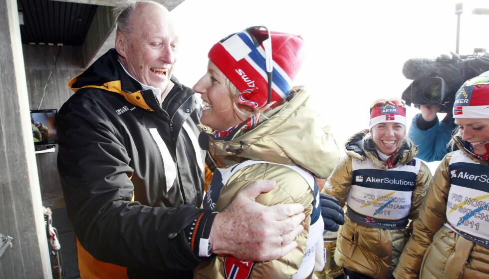 HYLLET AV KONGEN: Vibeke Skofterud fikk gratulasjoner av kong Harald på kongetribunen etter seier på stafetten. Her med Therese Johaug og Kristin Størmer Steira. Marit Bjørgen var også en del av stafettlaget som stakk av med seieren under stafetten i Ski-VM i Holmenkollen i 2011. FOTO: Lise Åserud / Scanpix