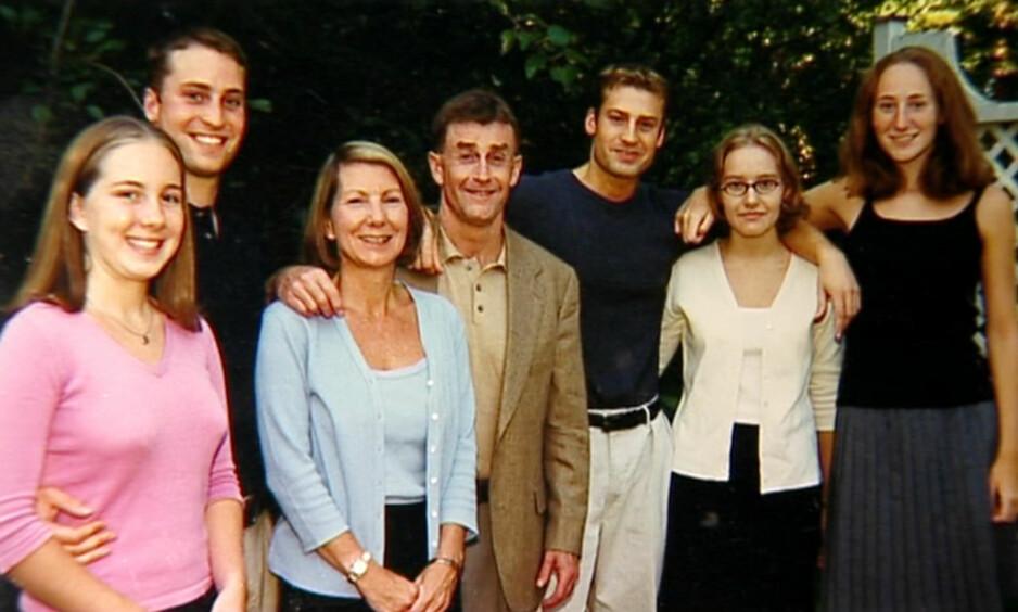 THE STAIRCASE: Michael Peterson (midten) ble dømt for drapet på sin egen kone Kathleen Peterson. Her er paret med barna sine. FOTO: Netflix