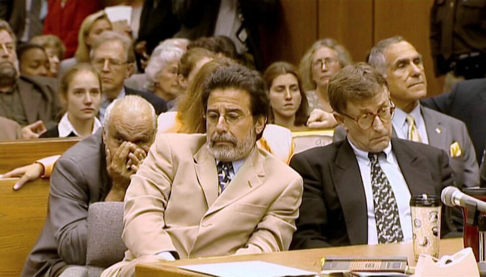 STO PÅ SITT: Drapstiltalte Michael Peterson med sin forsvarer David Rudolf under rettssaken. Peterson har hele tiden hevdet at han er uskyldig. FOTO: Netflix