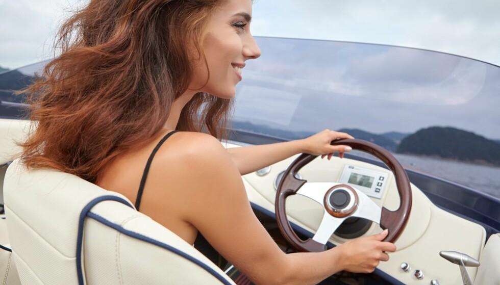 ALKOHOL OG BÅT: Det er viktig å holde hodet klart når du kjører båt. FOTO: Shutterstock
