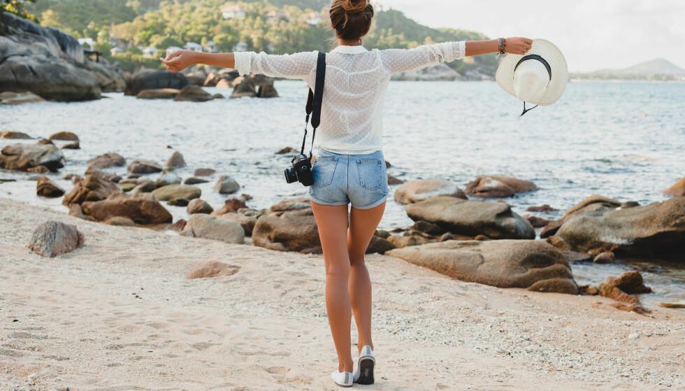JOBBANTREKK I VARMEN: Det er digg å ha på seg minst mulig i varmen, men må man kle seg opp når man begynner på jobb igjen? FOTO: Scanpix