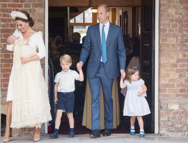 FIN FAMILIE: Prins George og prinsesse Charlotte hånd i hånd med pappa prins William i dåpen til lillebror prins Louis i juli. FOTO: NTB Scanpix