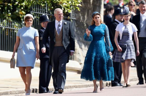 KONGELIGE: Prinsesse Eugenie og prinsesse Beatrice med pappa prins Andrew på vei inn til prins Harry og hertuginne Meghans bryllupsseremoni i mai 2018. I bakgrunnen er 14 år gamle Lady Louise Windsor. FOTO: NTB Scanpix