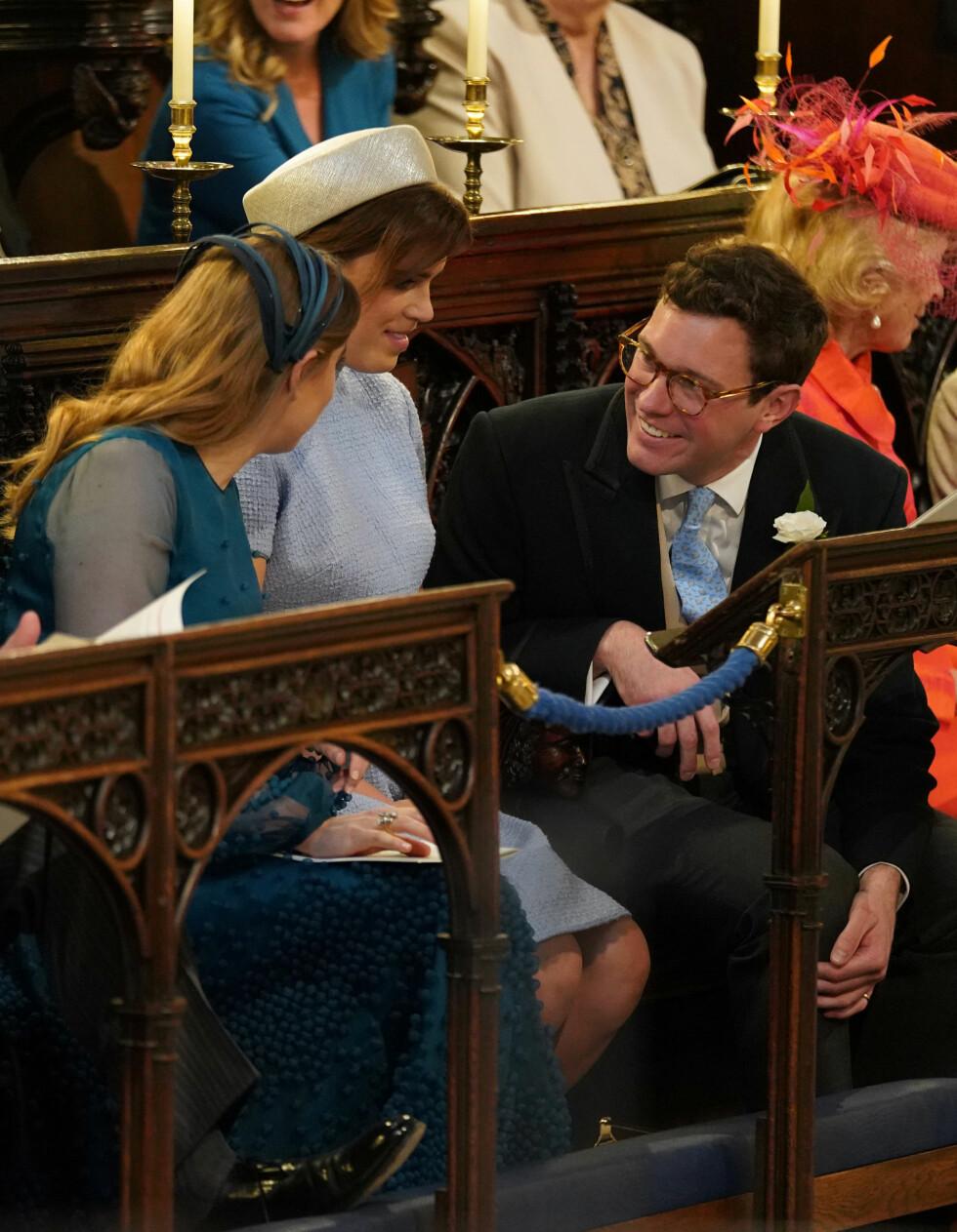 I BRYLLUP: Prinsesse Eugenie, prinsesse Beatric og Jack Brooksbank satt side om side i bryllupet til prins Harry og hertuginne Meghan i mai 2018. FOTO: NTB Scanpix