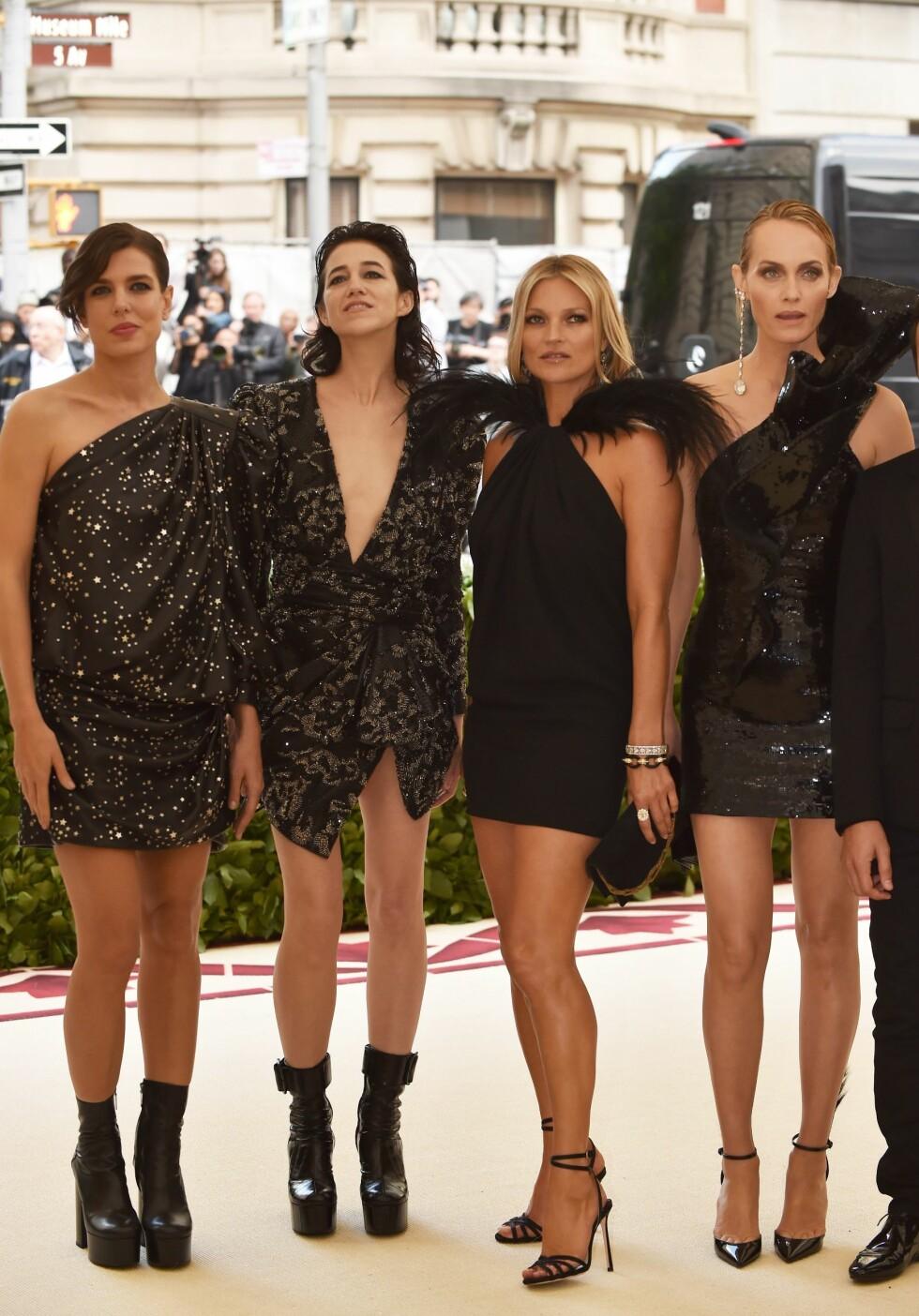 FIRERBANDE: Charlotte Casiraghi side om side med skuespiller Charlotte Gainsbourg, supermodellene Kate Moss og Amber Valetta under Met Gala i mai. FOTO: NTB Scanpix