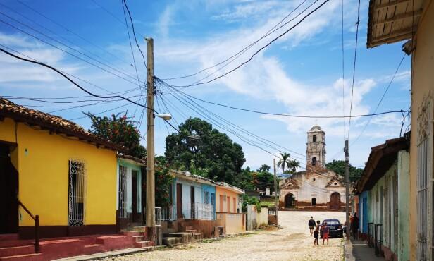 ET ENKLERE LIV: Byen Trinidad ligger midt på Cubas sørkyst og er kjent for sine fargerike hus og kronglete brosteinsgater. FOTO: Privat