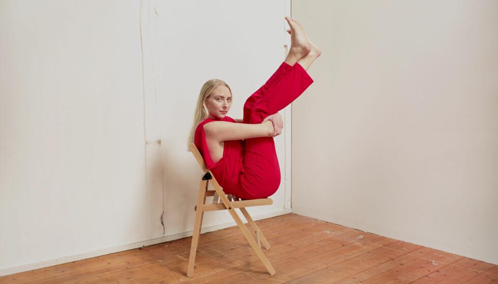 FIN KOMBINASJON: Marthe kombinerer artistyrket med å være sykepleier på psykiatrisk avdeling, noe hun i ettertid ser på som det lureste hun kunne gjort. FOTO: Linn Heidi Stokkedal