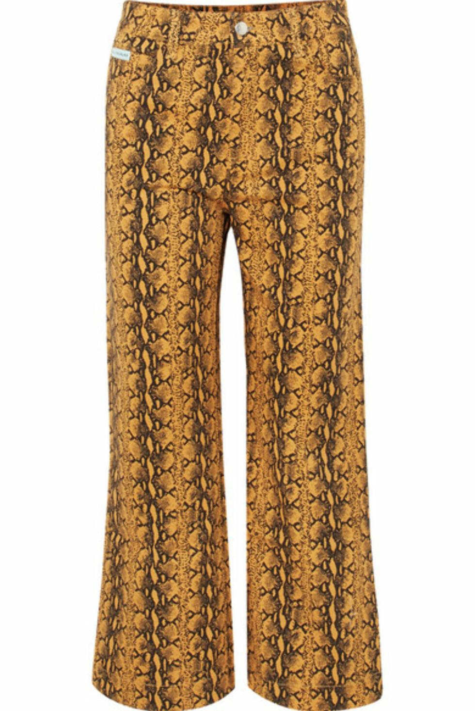 Bukse fra Alexa Chung  2700,-  https://www.net-a-porter.com/no/en/product/1062602/alexachung/cropped-snake-print-high-rise-wide-leg-jeans